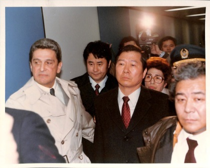 Image of the return from exile of South Korean dissident Kim Dae Jung and his wife, February 8, 1985.